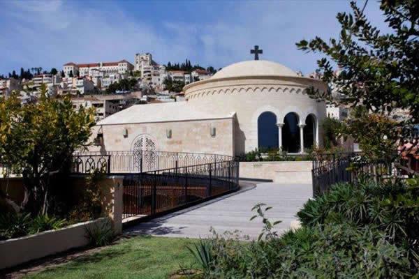 La cupola della moderna cappella costruita sul terrazzo più alto del Centro.