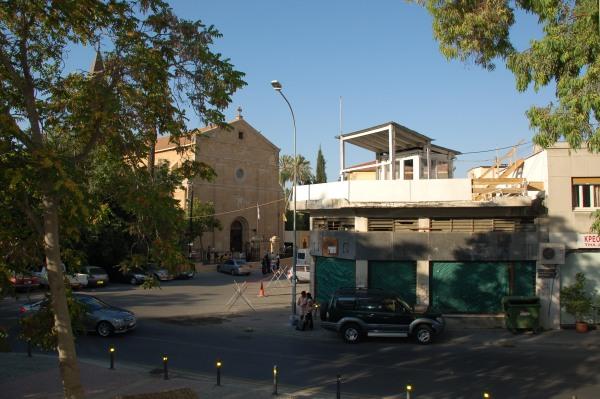 Di nuovo la chiesa, nei pressi della Porta di Pafos. In primo piano la garitta sul tetto dove, nottetempo, montano la guardia i Caschi Blu dell'Onu, che sorvegliano la zona cuscinetto tra la Nicosia greca e quella turca.