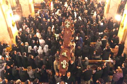 I feretri delle tre suore lasciano la chiesa sfilando tra i fedeli numerosi e commossi.