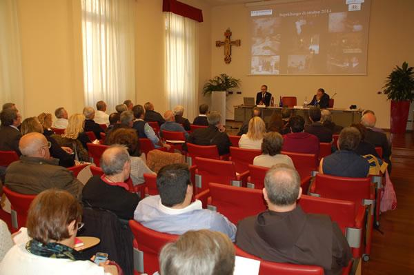 I presenti all'ottava Giornata dei volontari di Terra Santa ascoltano attenti l'intervento dell'architetto Enrico Pedri. (clicca sulla foto per la galleria)