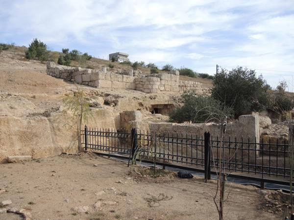 La grotta è una sepoltura d'epoca bizantina scavata nel fianco di una collina calcarea.