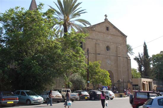 Nella capitale di Cipro, la chiesa latina della Santa Croce, dei francescani della Custodia di Terra Santa, sorge appena dentro le antiche mura veneziane, presso la Porta di Pafos.