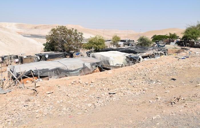 Alcune baracche del villaggio beduino di Khan al Ahmar. (foto G. Caffulli)