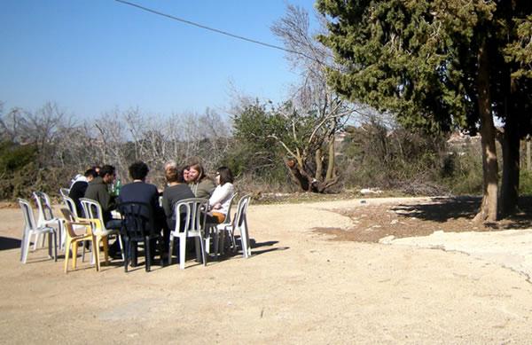 Un folto gruppo di discendenti dei vecchi abitanti del villaggio nell'agosto scorso ha deciso di stabilirsi tra le rovine e ricostruire Kufr Bi'rim.