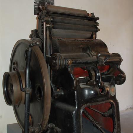 Nell'androne di Palazzo Vallemani ci accoglie la vecchia macchina a pedale dei tipografi Brizi. Servì a stampare falsi documenti per gli ebrei.