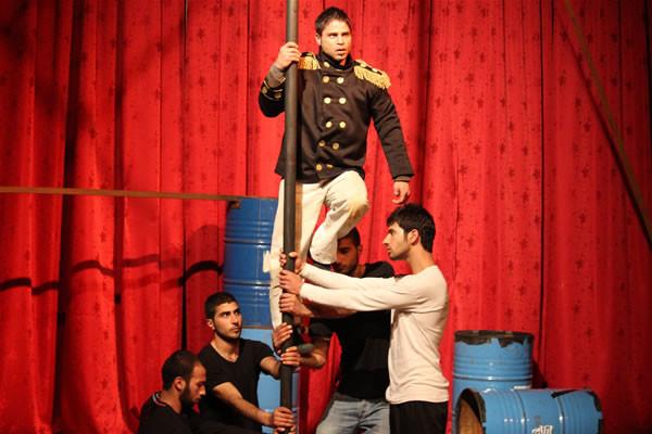 Il tema è quello dell'oppressione nelle relazioni umane. L'attore con le spalline rappresenta l'autorità con i suoi abusi.