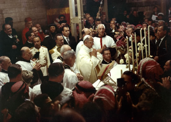 Gerusalemme. Papa Montini celebra la Messa davanti all'edicola del Santo Sepolcro.