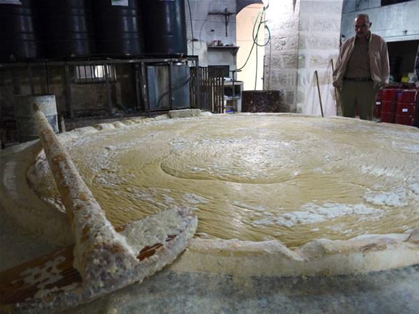 La prima fase della fabbricazione di sapone. Acqua, soda e olio d'oliva vengono fatti bollire in un grande bacino.