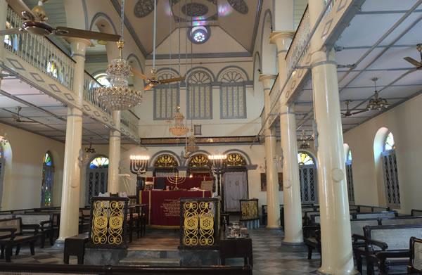 L'interno del luogo di culto ebraico, nell'ex capitale del Myanmar.