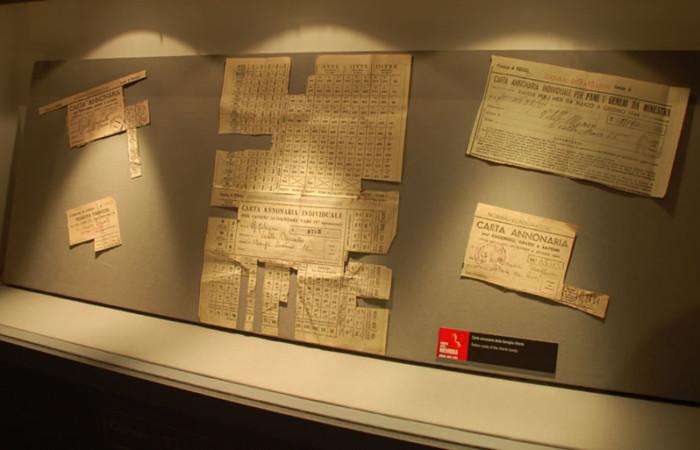 Teca con le carte annonarie originali esposte ad Assisi al Museo della Memoria.