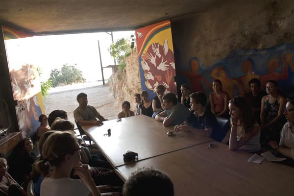 Daoud incontra un gruppo di giovani in visita alla sua Tenda delle nazioni.