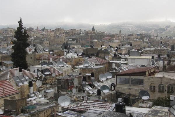 I tetti di Gerusalemme dopo la nevicata. Sullo sfondo il Monte degli Ulivi.