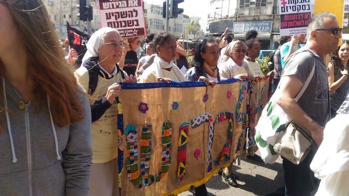 Tra le manifestanti anche delle suore comboniane impegnate accanto alle migranti africane.