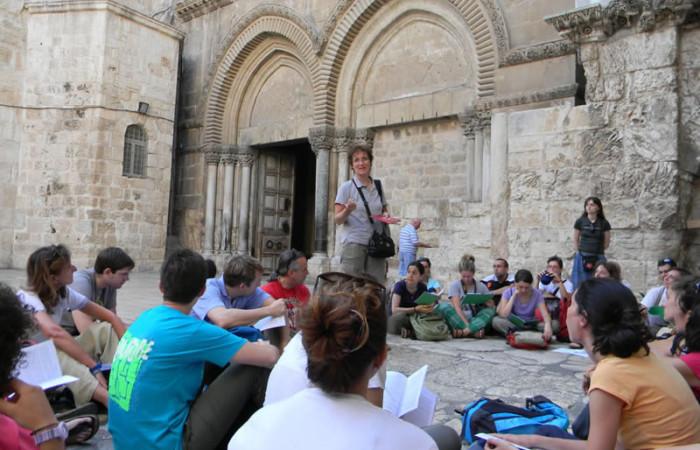 Sul sagrato della basilica del Santo Sepolcro... (foto S. Clementi)