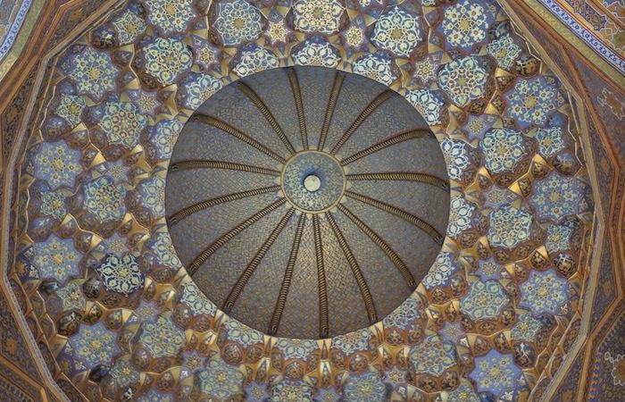 Dettaglio della cupola interna della madrassa Sher Dor, a Samarcanda. (foto G. Sandionigi)