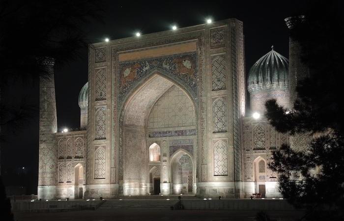 La facciata della madrassa Sher Dor, che s'affaccia sul Registan, illuminata nella notte. (foto G. Sandionigi)