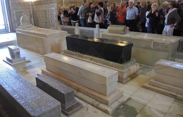 L'interno del Gur Amir, dove riposano le spoglie di Tamerlano e alcuni congiunti. (foto G. Sandionigi)