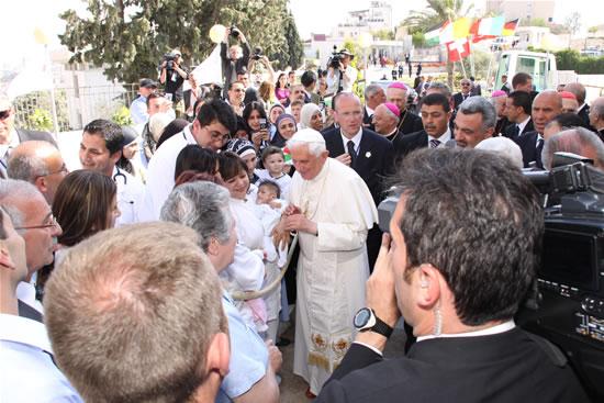 Il Papa con il personale sanitario e due piccolissimi pazienti.