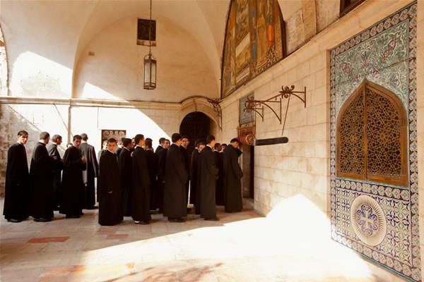 Chierici armeni si accingono ad entrare nella cattedrale di San Giacomo. (foto mab/Cts)
