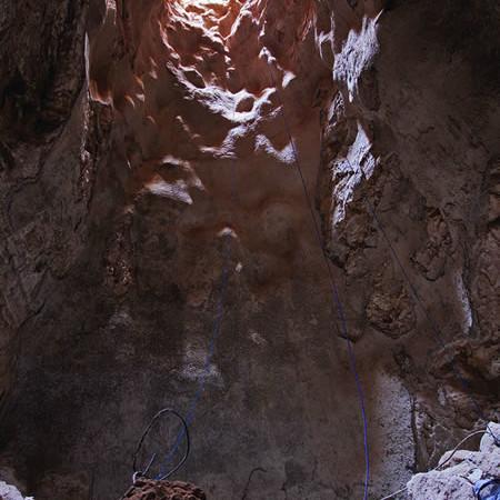 Una cisterna intonacata profonda 15,5 metri. Vi si erano accumulati detriti e macerie di varie epoche.