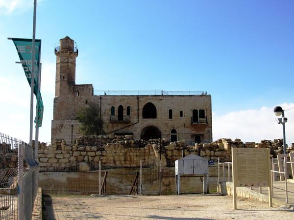 La moschea/sinagoga che sorge sulla tomba del profeta Samuele.