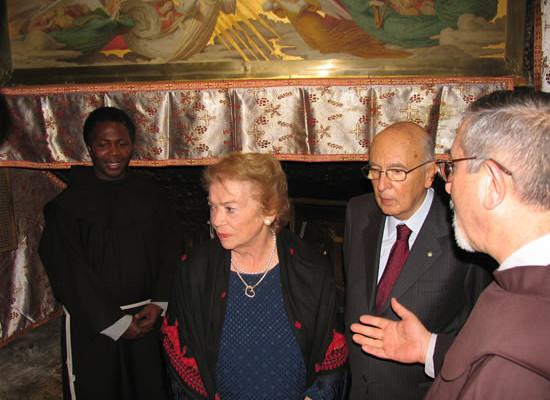I coniugi Napolitano nella grotta della Natività, sotto l'omonima basilica.