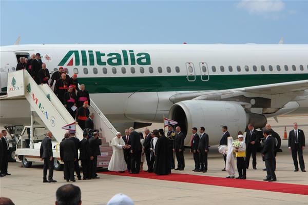 Ai piedi della scaletta il Papa saluta le autorità.