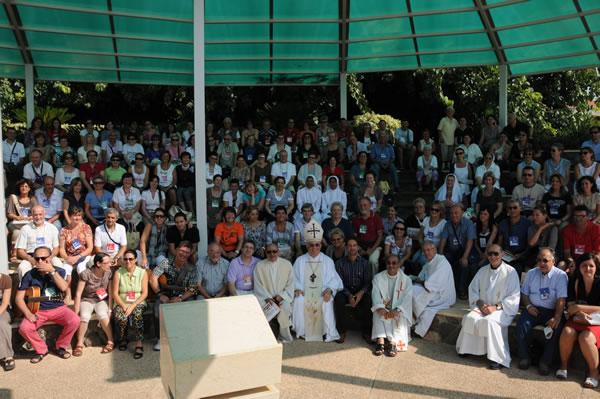 Un gruppo con al centro mons. Giacinto Boulos Marcuzzo, vicario per Israele del patriarca latino di Gerusalemme.