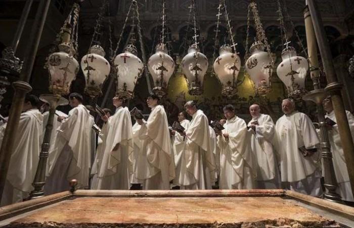 La celebrazione della Pasqua nella basilica del Santo Sepolcro, secondo il rito latino. In primo piano la Pietra dell'unzione (foto Nadim Asfour/CTS)