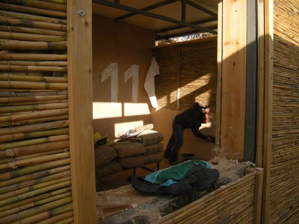Un muratore al lavoro per ultimare le due aule recentemente ricavate da un magazzino.