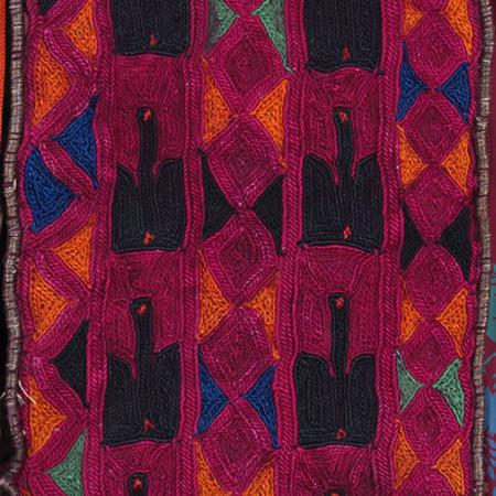 Dettaglio dell'abito precedente: taffetas di seta stampato e impunturato, tela di cotone stampata, gros in seta, ricami con sete policrome, galloni in filato metallico, cordoncino dorato.