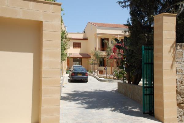 Uno scorcio del convento francescano di Nicosia, visto dal cancello di ingresso. Il Papa alloggerà qui, presso i locali della nunziatura.