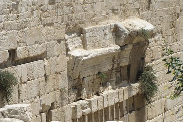 I resti dell'Arco in una foto ravvicinata.