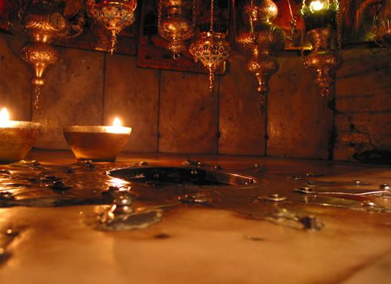 La stella argentea e le lampade poste come segni di venerazione per la nascita di Gesù. (foto J. Kraj)