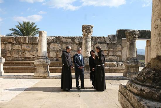 Fra Pizzaballa e fra Vasko con  Bush e la Rice nella sinagoga di Cafarnao.