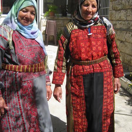 Due signore del Centro melchita di Ramallah sfoggiano abiti con ricami della tradizione palestinese.