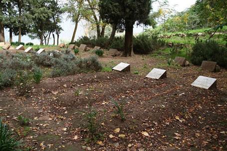 Le sepolture dei sette monaci rapiti e uccisi, nel piccolo cimitero della trappa di Tibhirine.