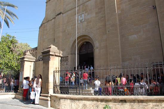 Ogni domenica la parrocchia dei frati è affollata di fedeli di varie nazionalità, per lo più immigrati stranieri.