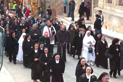 Il corteo funebre incamminato verso il cimitero latino di Gerusalemme.