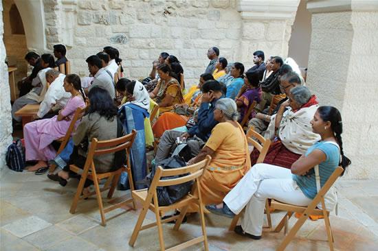 Un gruppo di pellegrini indiani in preghiera dentro il santuario. (foto G. Caffulli)