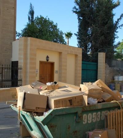 C'è ancora da fare davanti all'ingresso del convento al cui interno si trova la nunziatura apostolica in cui soggiornerà il Papa.
