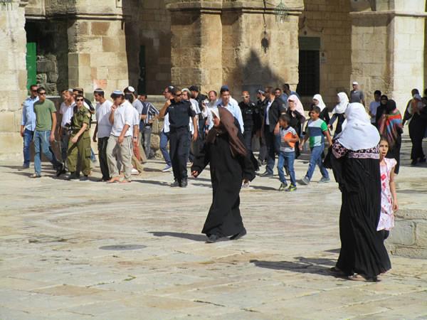 Un gruppo di ebrei scortato dalla polizia sulla Spianata delle Moschee. (foto G. Caffulli)