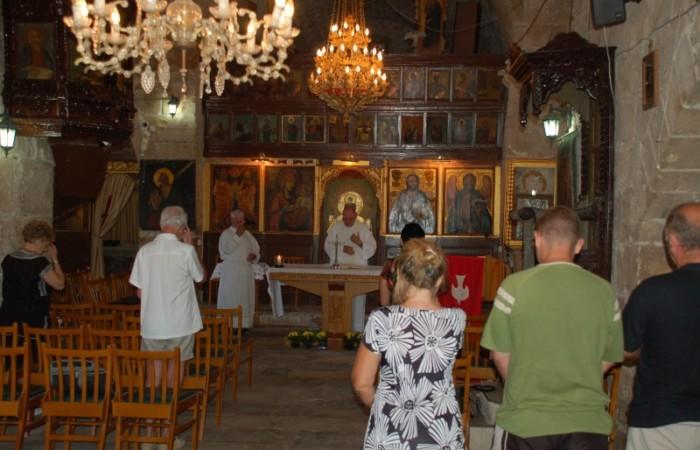 Padre James Kennedy celebra la Messa feriale nella chiesa di Aghia Kiriaki Chrisopolitissa.