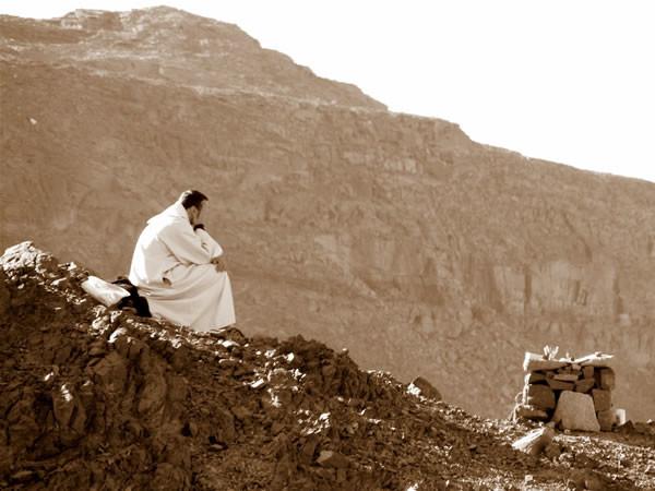 Pausa di meditazione durante una Messa sulle pendici del Monte.