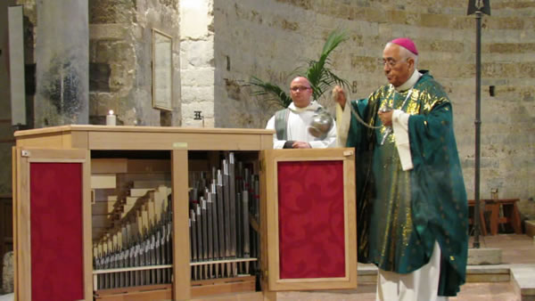 La Messa con la benedizione dello strumento s'è svolta nella basilica di San Piero a Grado, a Pisa.