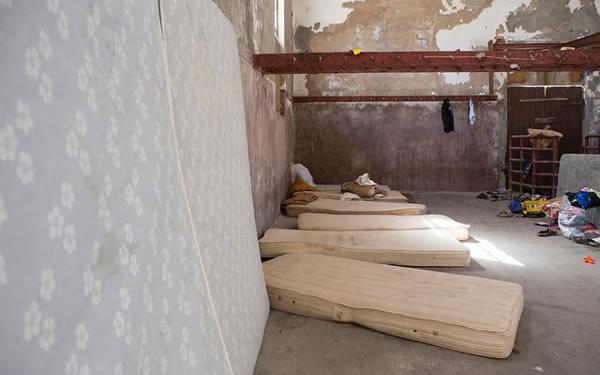 Per cercare di gestire l'emergenza, a Rodi è stato riaperto il vecchio mattatoio italiano. (foto Natalia Tsoukala)
