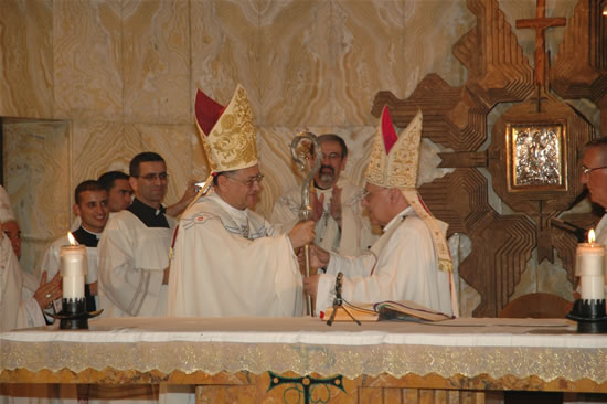 21 giugno, basilica delle Nazioni. Monsignor Michel Sabbah consegna il pastorale al suo successore.