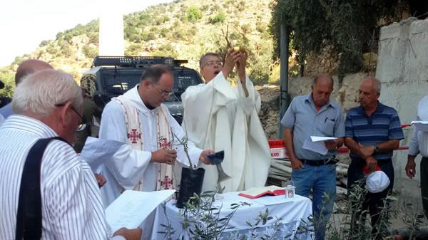 Intanto i palestinesi cristiani hanno ripreso a celebrare messe tra gli alberi di Cremisan.
