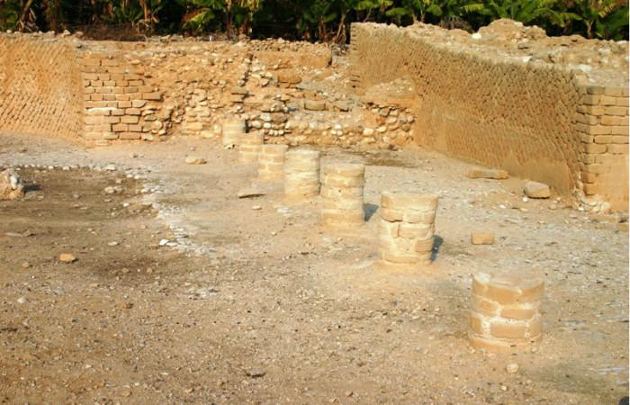 Le colonne prima della devastazione. (foto S. Lee)