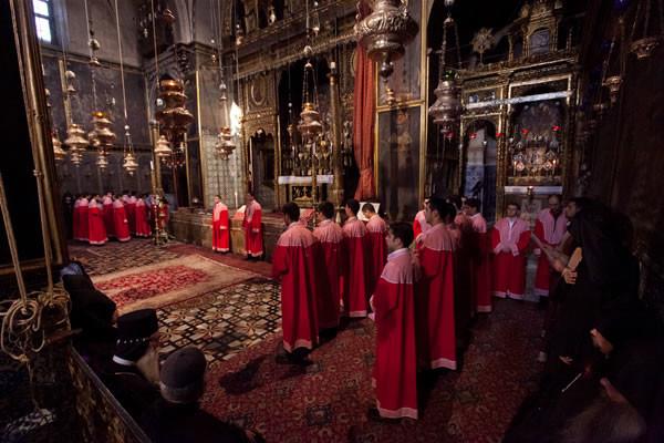 Un momento della liturgia armena dentro la cattedrale. (foto mab/Cts)